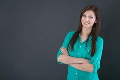 Portret van een jonge gelukkige die vrouw op een bord wordt geïsoleerd Royalty-vrije Stock Foto's