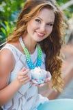 Portret van een jonge gelukkige vrouw in de zomer Royalty-vrije Stock Foto