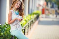 Portret van een jonge gelukkige vrouw in de zomer Royalty-vrije Stock Afbeelding