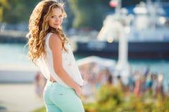 Portret van een jonge gelukkige vrouw in de zomer Stock Afbeeldingen