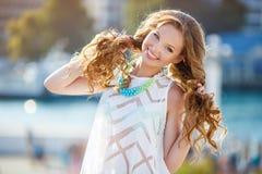 Portret van een jonge gelukkige vrouw in de zomer Stock Foto