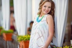 Portret van een jonge gelukkige vrouw in de zomer Royalty-vrije Stock Fotografie