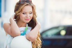 Portret van een jonge gelukkige vrouw in de zomer Stock Afbeelding