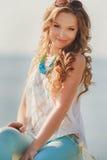Portret van een jonge gelukkige vrouw in de zomer Stock Fotografie
