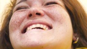 Portret van een jonge gelukkige vrouw vrolijk glimlachclose-up stock footage