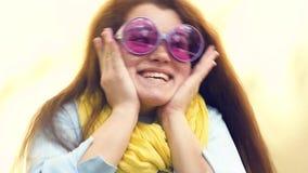 Portret van een jonge gelukkige vrouw vrolijk glimlachclose-up stock videobeelden