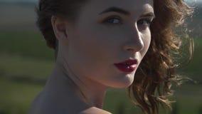 Portret van een jonge glimlachende vrouw stock video