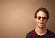 Portret van een jonge grappige mens met zonnebril en copyspace Royalty-vrije Stock Foto