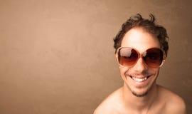 Portret van een jonge grappige mens met zonnebril en copyspace Stock Foto