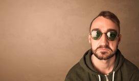 Portret van een jonge grappige mens met zonnebril en copyspace Royalty-vrije Stock Fotografie