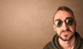 Portret van een jonge grappige mens met zonnebril en copyspace Stock Afbeelding