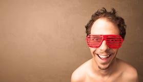 Portret van een jonge grappige mens met zonnebril en copyspace Royalty-vrije Stock Afbeelding