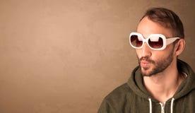 Portret van een jonge grappige mens met zonnebril en copyspace Stock Afbeeldingen