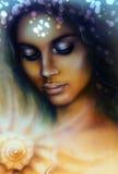 portret van een jonge Indische vrouw met gesloten ogen die op een spiraalsgewijs bewegende overzeese zeeschelp mediteren royalty-vrije illustratie