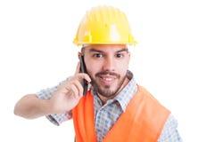 Portret van een jonge ingenieur die op de telefoon spreken Stock Fotografie