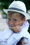 Portret van een jonge jongen in de witte hoed Stock Afbeeldingen