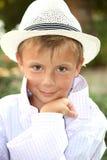 Portret van een jonge jongen in de witte hoed Stock Fotografie