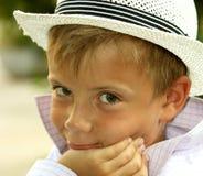 Portret van een jonge jongen in de witte hoed Stock Foto's