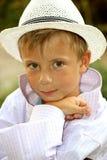 Portret van een jonge jongen in de witte hoed Royalty-vrije Stock Foto