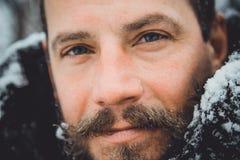 Portret van een jonge knappe mens met een baard Persoons dichte omhooggaand van een gebaarde mens stock fotografie