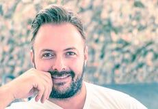 Portret van een jonge knappe mens met een spontane natuurlijke glimlach Royalty-vrije Stock Foto's