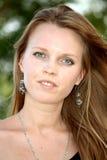Portret van een jonge langharige blonde met lang h Stock Afbeelding