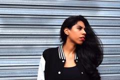 Portret van een jonge Latijnse vrouw in openlucht Royalty-vrije Stock Foto