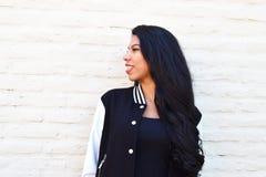 Portret van een jonge Latijnse vrouw in openlucht Stock Foto