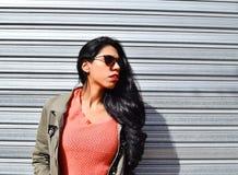 Portret van een jonge Latijnse vrouw in openlucht Royalty-vrije Stock Fotografie