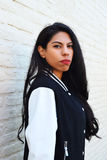 Portret van een jonge Latijnse vrouw in openlucht Royalty-vrije Stock Foto's