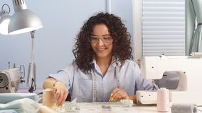 Portret van een jonge meisjesontwerper die in haar studio werken clothersontwerper stock video