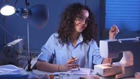 Portret van een jonge meisjesontwerper die in haar studio werken stock footage