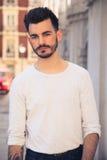 Portret van een in jonge mens in de stad Royalty-vrije Stock Afbeeldingen