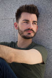 Portret van een in jonge mens in de stad Stock Fotografie