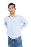 Portret van een jonge mens die aan rugpijn lijden Royalty-vrije Stock Foto