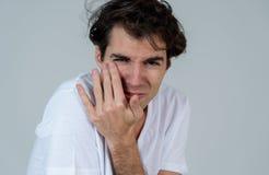 Portret van een jonge mens die doen schrikken en geschokt kijken Menselijke uitdrukkingen en emoties royalty-vrije stock afbeelding
