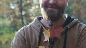 Portret van een jonge mens die een rookt Hij glimlacht met bochtige en gele tanden en heeft pukkels stock videobeelden