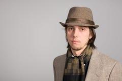 Portret van een jonge mens in hoed Royalty-vrije Stock Afbeeldingen