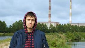 Portret van een jonge mens in een kap stock videobeelden