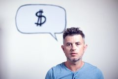 Portret van een jonge mens met een de dollarteken van de toespraakbel over h Royalty-vrije Stock Foto's