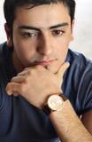 Portret van een jonge mens met een houding Stock Afbeelding
