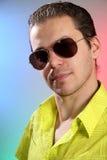 Portret van een jonge mens met zonglazen stock foto's