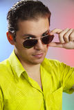 Portret van een jonge mens met zonglazen royalty-vrije stock foto