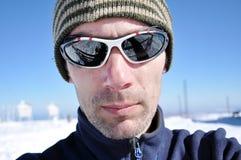 Portret van een jonge mens met zonnebril bij de winter Royalty-vrije Stock Afbeelding