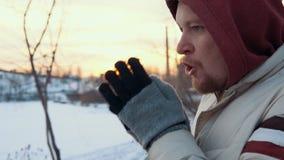 Portret van een jonge mens status bevroren tegen cityscape in de winter stock videobeelden