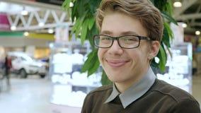 Portret van een jonge mens in een wandelgalerij stock video