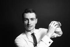 Portret van een jonge mens in een witte overhemd en een avondkleding Royalty-vrije Stock Afbeelding
