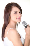 Portret van een jonge microfoon van de vrouwenholding Royalty-vrije Stock Afbeelding