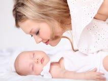 Portret van een jonge moeder en een baby Stock Afbeeldingen