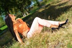 Portret van een jonge mooie jonge vrouw op aard het situeren Stock Foto